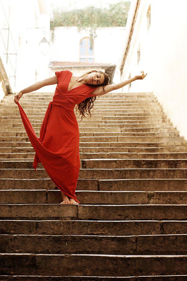 Dans les pentes de la Croix-Rousse à Lyon 1er, Mathilde, en robe rouge fait de la danse contemporaine dans les escaliers du passage Thiaffait.