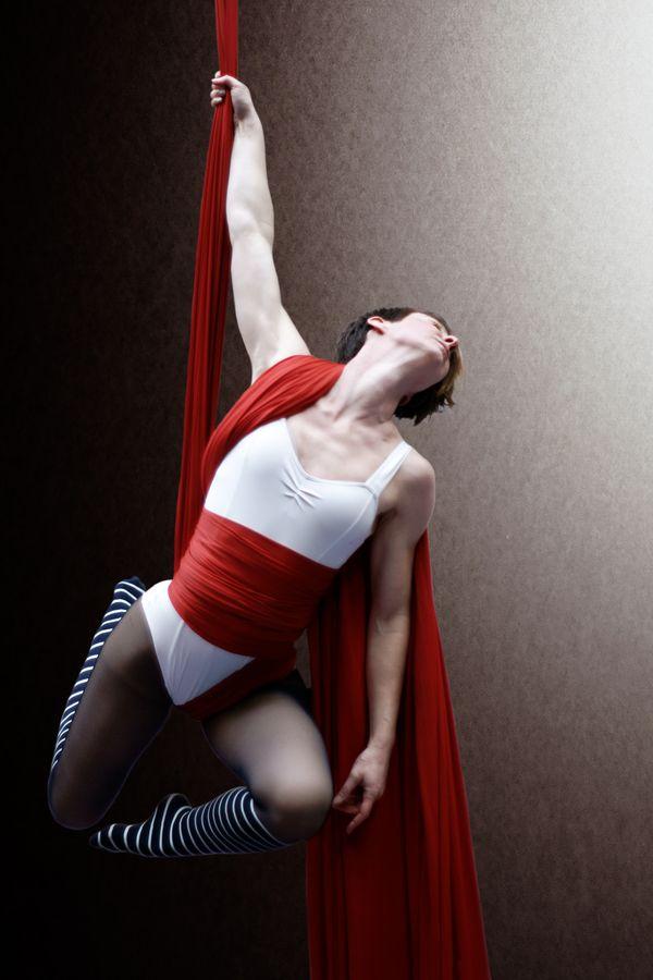 Au gymnase d'Overground Circus, à Lyon, Claire Batissat est suspendue par un bras à son tissu aérien dont les pans viennent s'enrouler autour de son corps.
