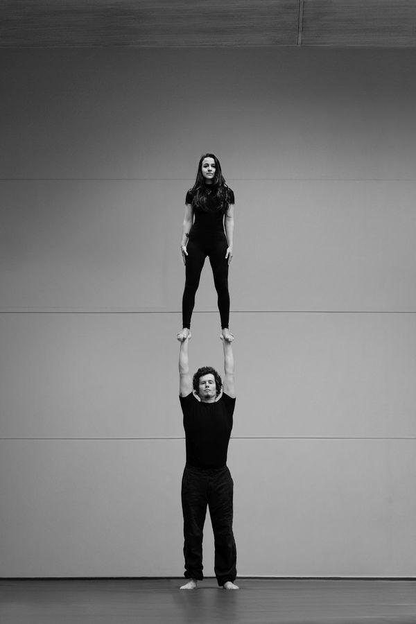 Du porté acrobatique présenté par Ionas, les AcroGones de l'AJIL : un pied-main haut, ou high foot-to-hand en anglais, à Overground-Circus, à Lyon 5e.