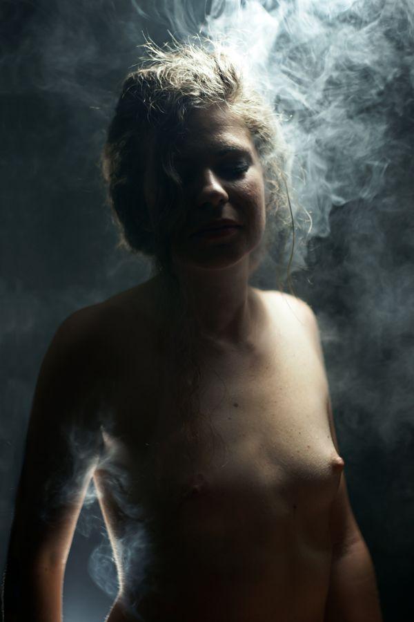 Alix-Betty est torse-nu dans la fumée qui semble s'échapper de sa tête. Portrait en studio, chez moi à Caluire-et-Cuire.