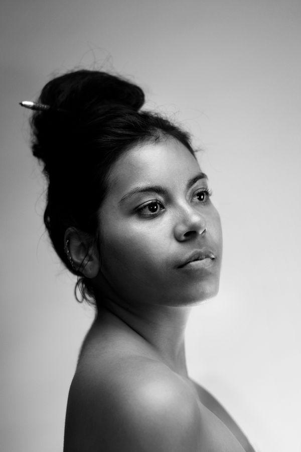 Portrait en noir et blanc d'Ana comme sur un vinyl de soul de la Motown. Elle porte un chignon retenu par une épingle à cheveux des années 20.