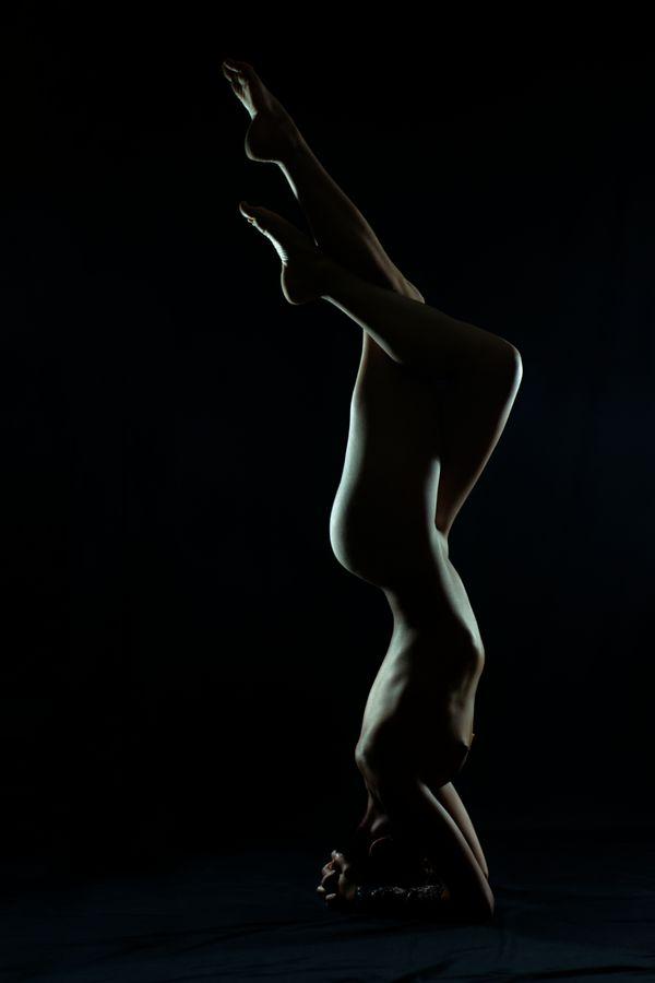 Johanna est en trépied en studio, chez moi à Caluire-et-Cuire. La lumière découpe son corps et la fait, alors ressembler à une sculpture.