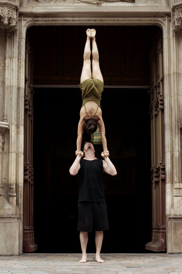 Les Acrogones Ionas font un main-à-main devant l'entrée de l'église Saint-Paul à Lyon 5e. C'est, peut-être la figure la plus célèbre du porté acrobatique.