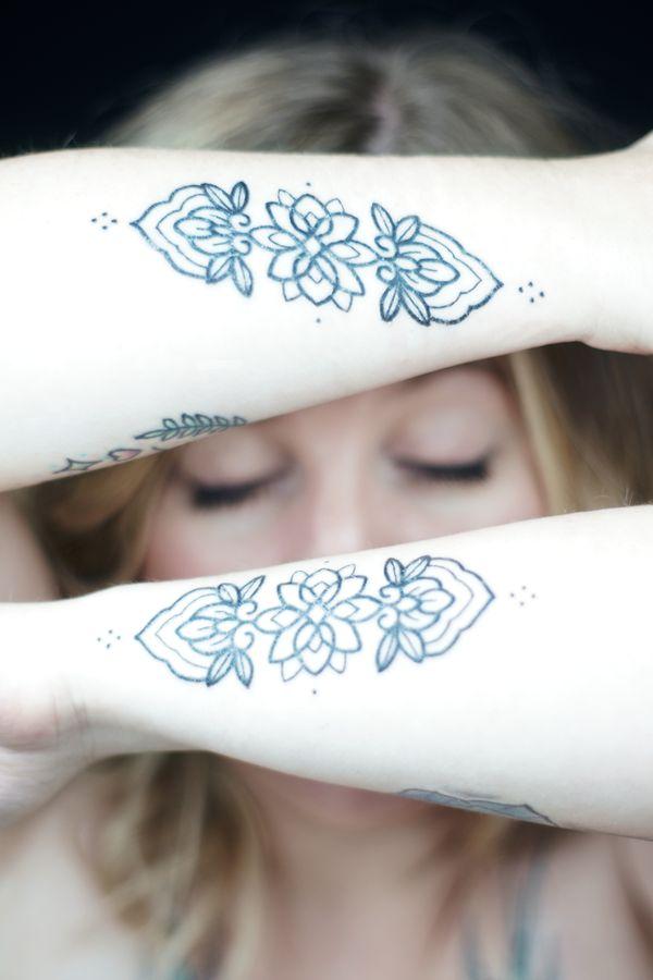 Coralie vient de se faire faire de nouveaux tatouages sous les avant-bras. Portrait réalisé en studio, chez moi à Caluire-et-Cuire.