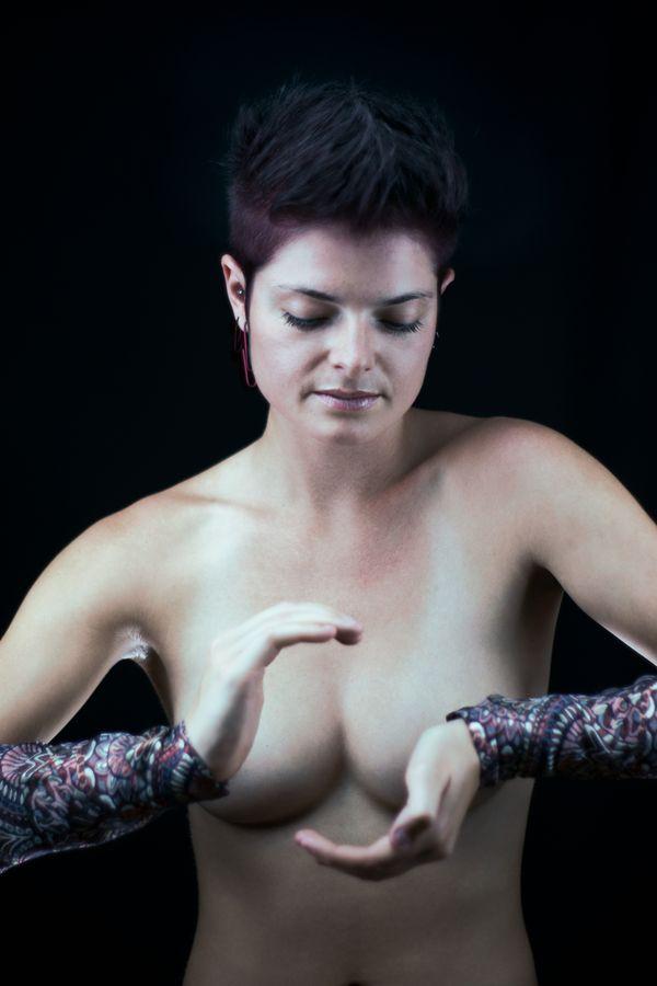 Portrait en studio de Johanna, chez moi à Caluire-et-Cuire. La magicienne nue concentre son énergie entre ses mains avant de lancer un sort.
