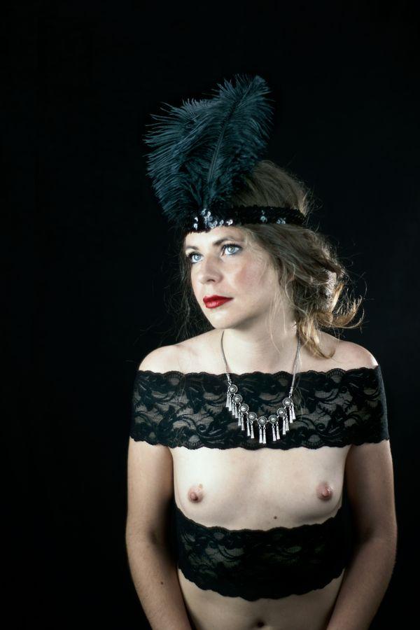 Alix-Betty s'est glissée dans le rôle d'une meneuse de cabaret charleston dans les années 20. En coulisse, elle attend, alors le début du spectacle.