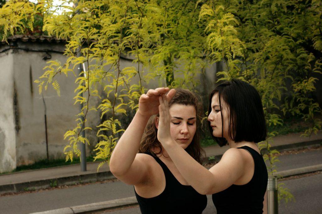 Claire et Léna font de la danse contemporaine à l'Hôpital de la Croix-Rousse. Les deux danseuses se mettent en résonance pour un moment de tendresse.