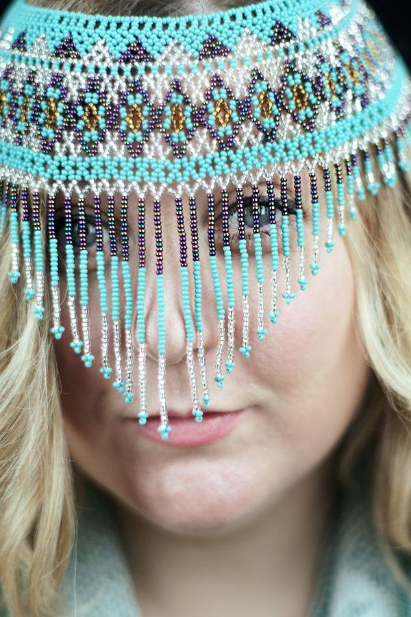Portrait serré de Coralie, en studio, chez moi, à Caluire-et-Cuire. La modèle porte un collier de perles en guise d'ornement de tête.
