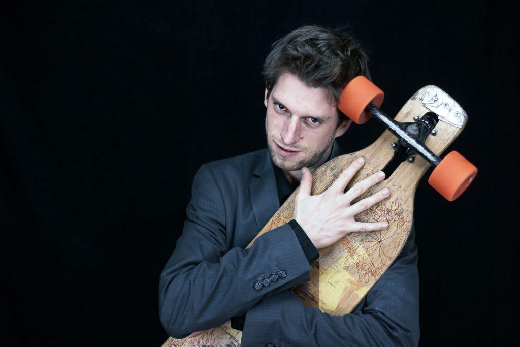 Portrait de Maxime en studio avec son skate. Du squale à la long-board, ce circassien a choisi son moyen de locomotion favori.