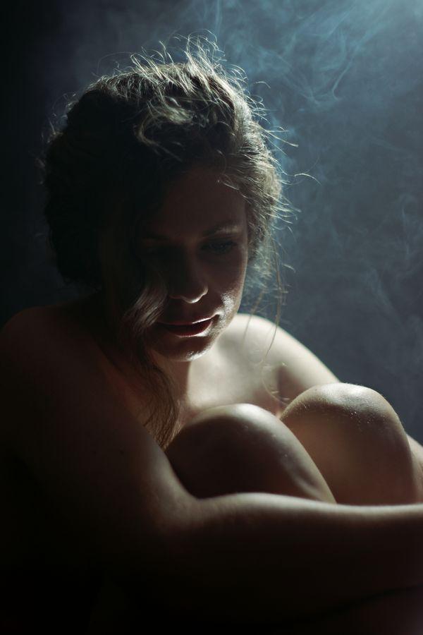 Portrait intime d'Alix-Betty nue dans son bain. L'eau chaude s'évapore lentement, la vapeur et la chaleur viennent, alors l'envelopper.