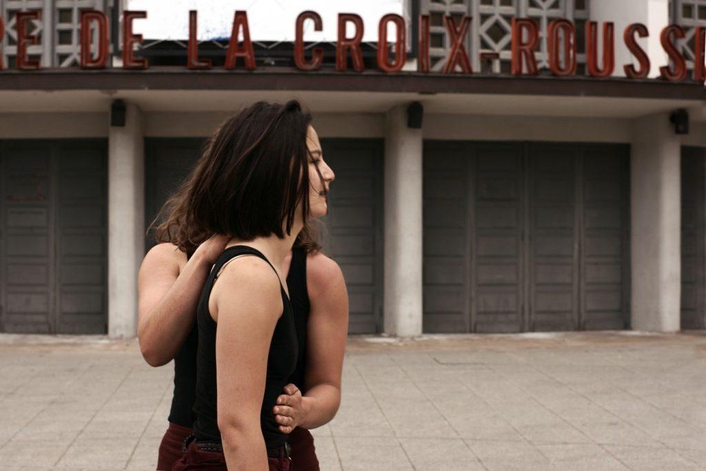 Claire et Léna se mettent en connexion devant l'ancienne Maison de la Danse à la Croix-Rousse. C'est un moment de danse contemporaine, immobile, mais pourtant très intense.