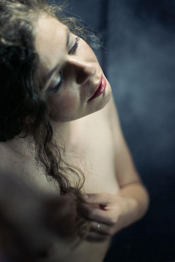 Dans les vapeurs du sauna, Alix Betty joue avec une mèche de cheveux. Elle se trouve, en fait dans mon salon transformé en studio photo pour la séance.