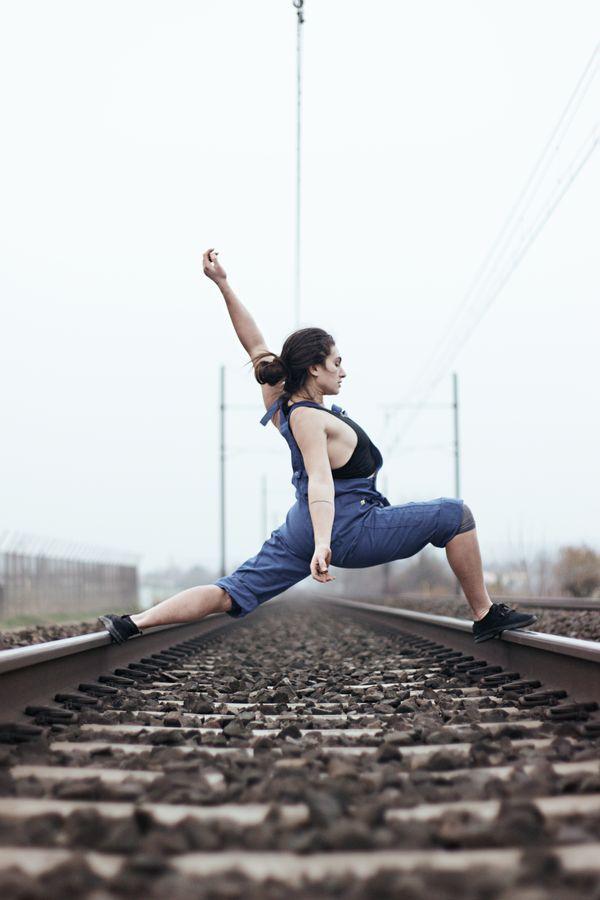 Laura fait de la danse contemporaine en salopette bleue sur la voie ferrée. À proximité de Beynost, dans l'Ain, elle fait un grand pas entre les rails.