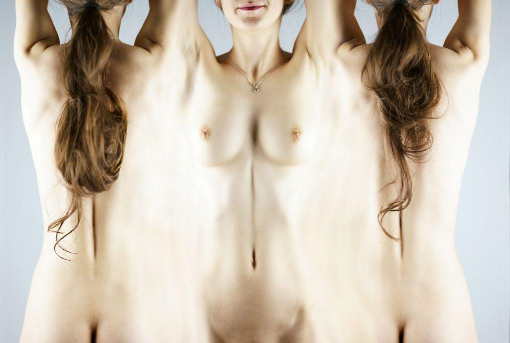 Vision à plat du corps en trois dimensions. ReNoire à été mise à plat, sa peau déroulée. Cette mise en scène impossible présente une nudité non-sexualisée.