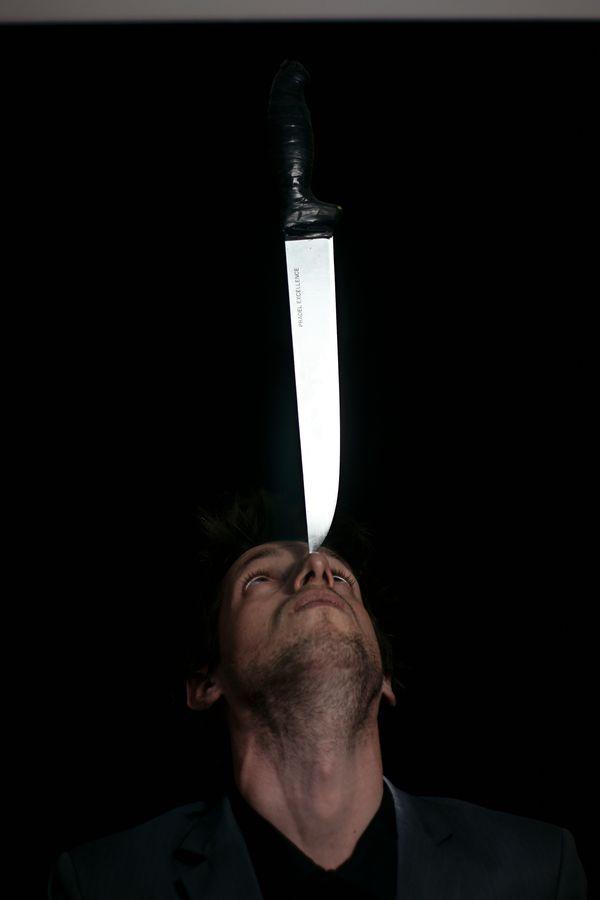 Portrait de Maxime avec un couteau en équilibre sur le nez. Le cliché de cette figure dangereuse a été réalisé en studio chez moi, à Caluire-et-Cuire.