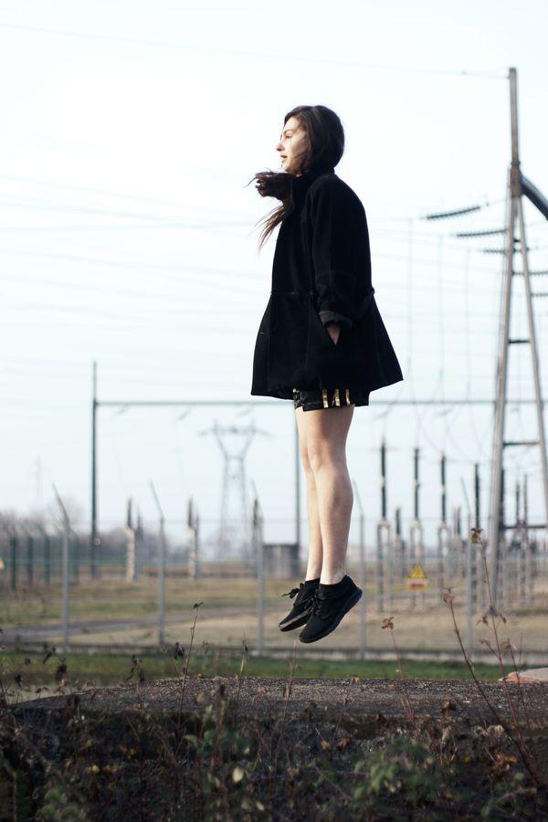 Laura fait de la danse contemporaine et semble en lévitation. Est-ce le transformateur électrique de Beynost qui génère un champ de force ?