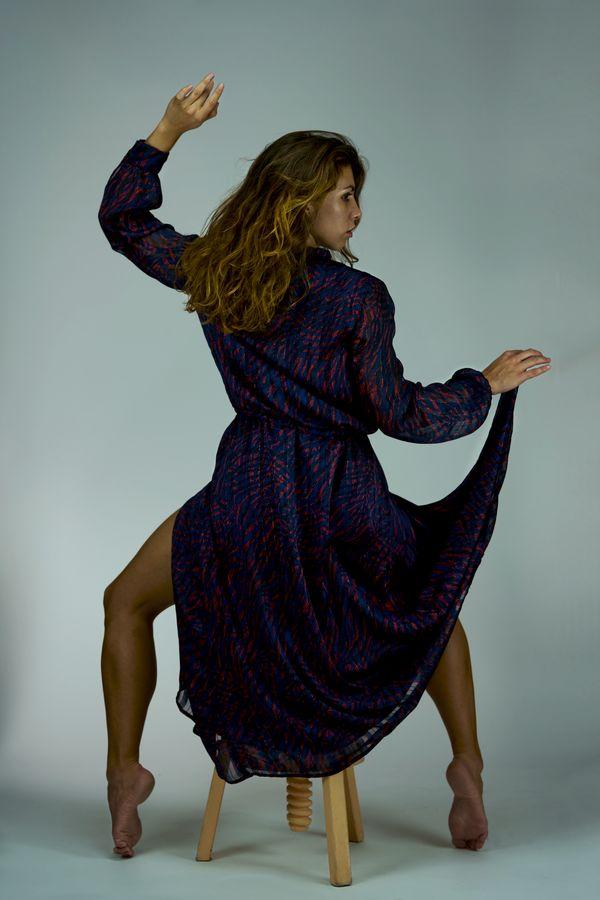 Anaïs semble être une danseuse de flamenco dans son ample robe violette. Elle est, pourtant assise sur un tabouret dans mon studio photo.