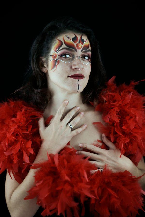 Portrait de Juliette en studio à Caluire-et-Cuire. Le maquillage est réalisé par ses soins et rehaussé par la présence d'un boa à plumes rouges.