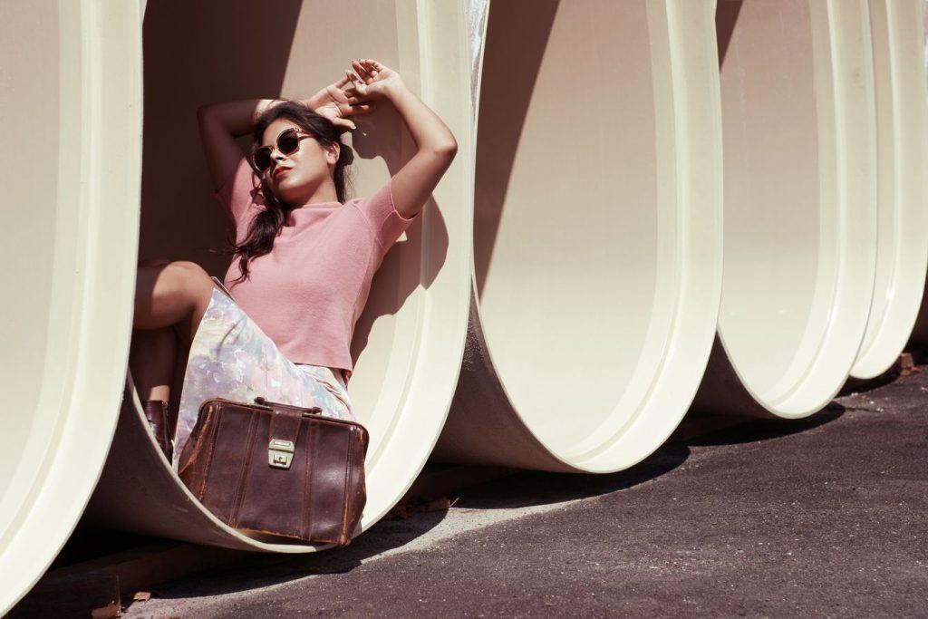 Photo vintage d'Ana pour  la friperie les Jupons de Paulette. La scène est présentée dans une vision du futur vue des années 60.