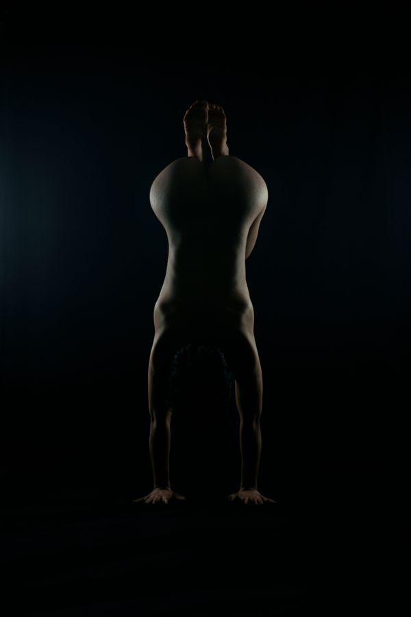 Iona, nue de dos nous présente un équilibre groupé en studio, chez moi à Caluire-et-Cuire. On ne voit, alors que les contours de son corps.