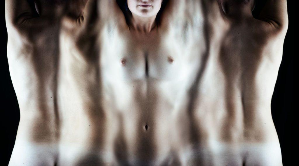 Le corps de Johanna a été comme déroulé. Cette mise à plat nous permet de voir son corps de tous les côtés en même temps.