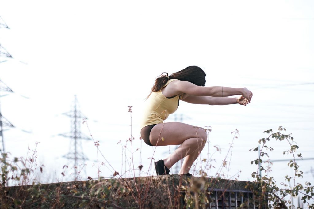 Laura fait de la danse contemporaine dans le froid mordant du petit matin. Dans l'arrière-plan, se dressent les pylônes du transformateur électrique de Beynost dans l'Ain.