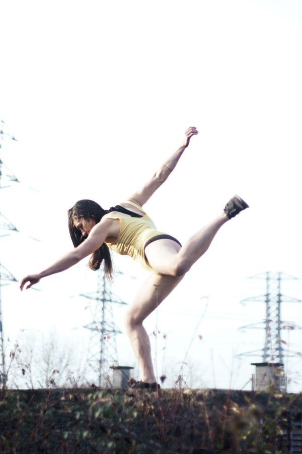Laura fait de la danse contemporaine dans de froid mordant du matin, à Beynost, dans l'Ain. Devant les pylônes électriques, elle semble prendre son élan.