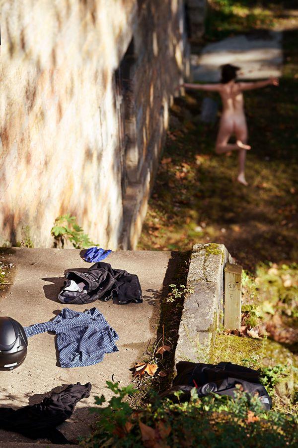 En toute liberté, Julie-Anaïs danse nue dans l'herbe. Elle a abandonné ses vêtements au sol pour se défaire des codes imposés.